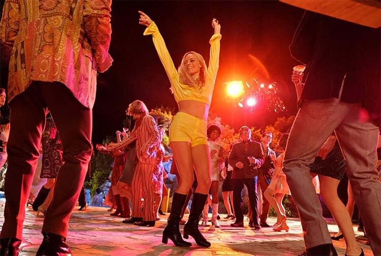 莎朗·塔特(玛格特·罗比 饰)在《好莱坞往事》中的花花公子大厦里跳舞