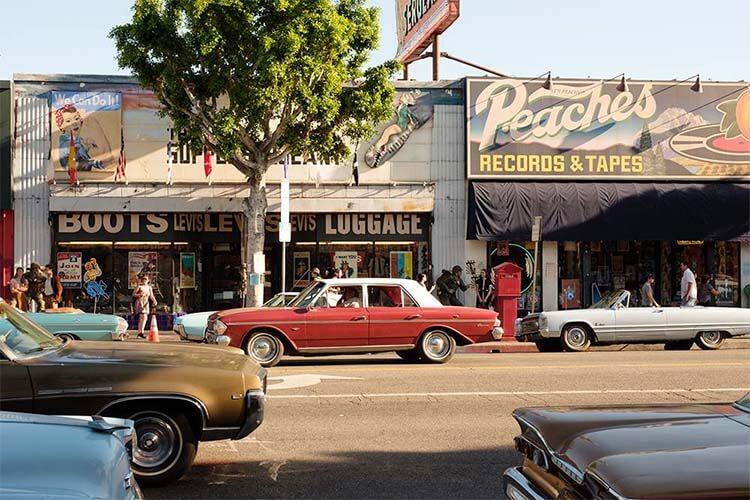 《好莱坞往事》中 The Supply Sergeant 和 Peaches Records & Tapes的复古门面