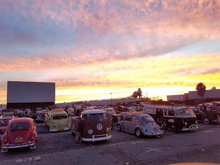 在 Vineland 汽车影院等待电影开始