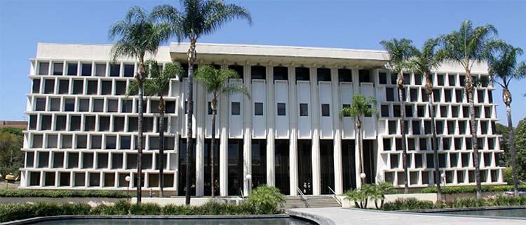《速度与激情》中帕萨迪纳使节学院行政大厅